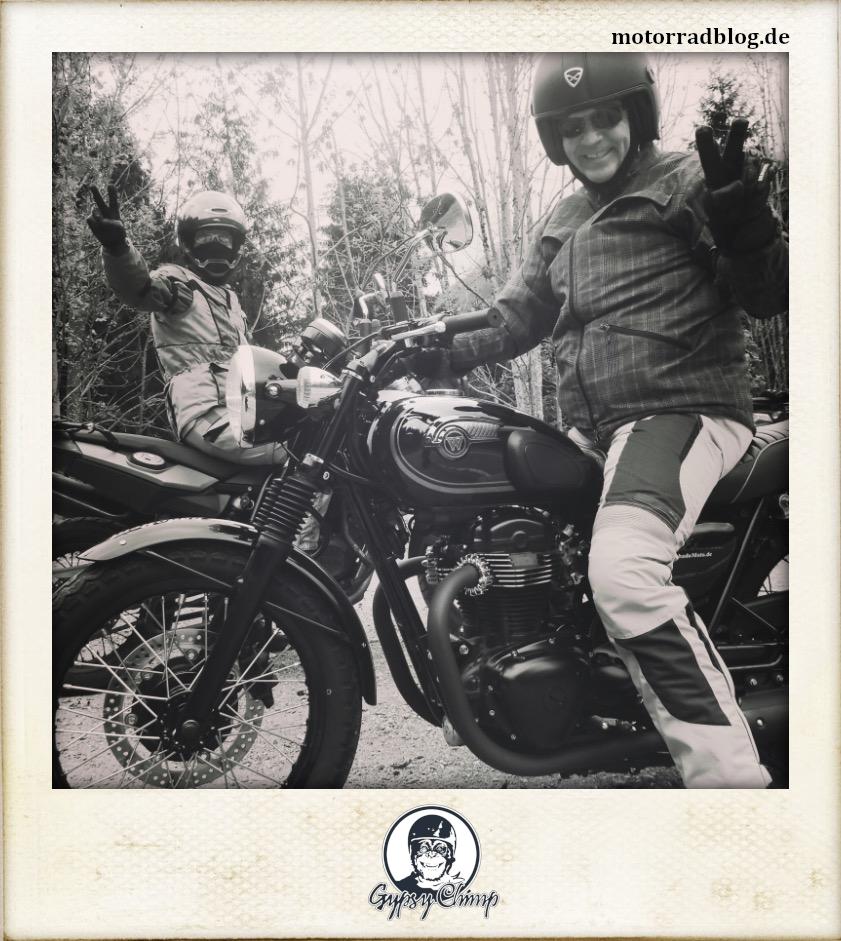[Hier ist eigentlich ein Bild: Zwei Motorradfahrer auf ihren Maschinen, die den Betrachter grüßen.]