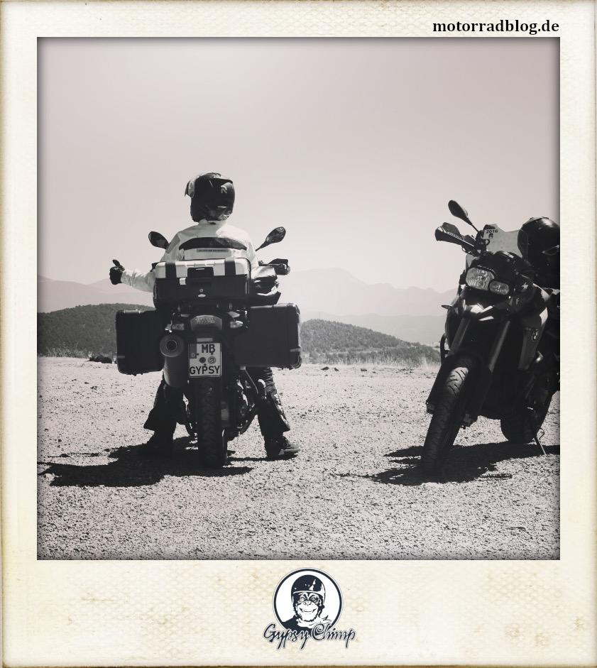[Hier ist eigentlich ein Bild: Zwei Motorräder. Auf einem sitzt eine Frau, die den Ok-Daumen zeigt.]