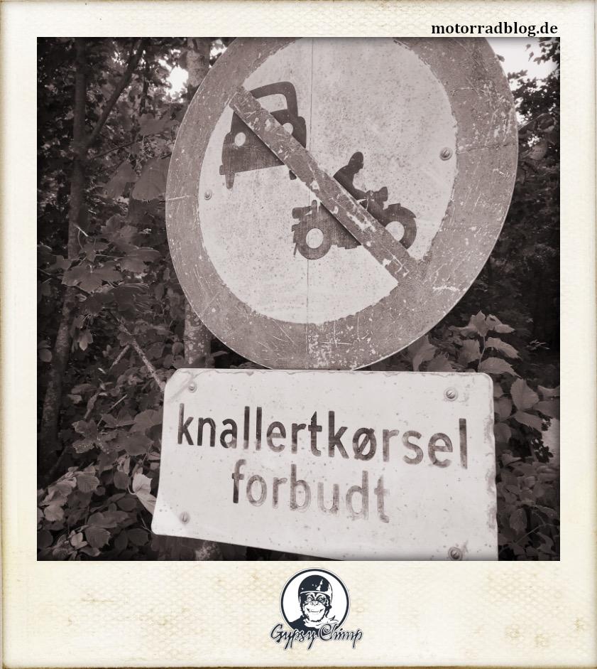 [Hier ist eigentlich ein Bild: Ein dänisches Schild, das die Durchfahrt für Autos und Motorräder verbietet.]