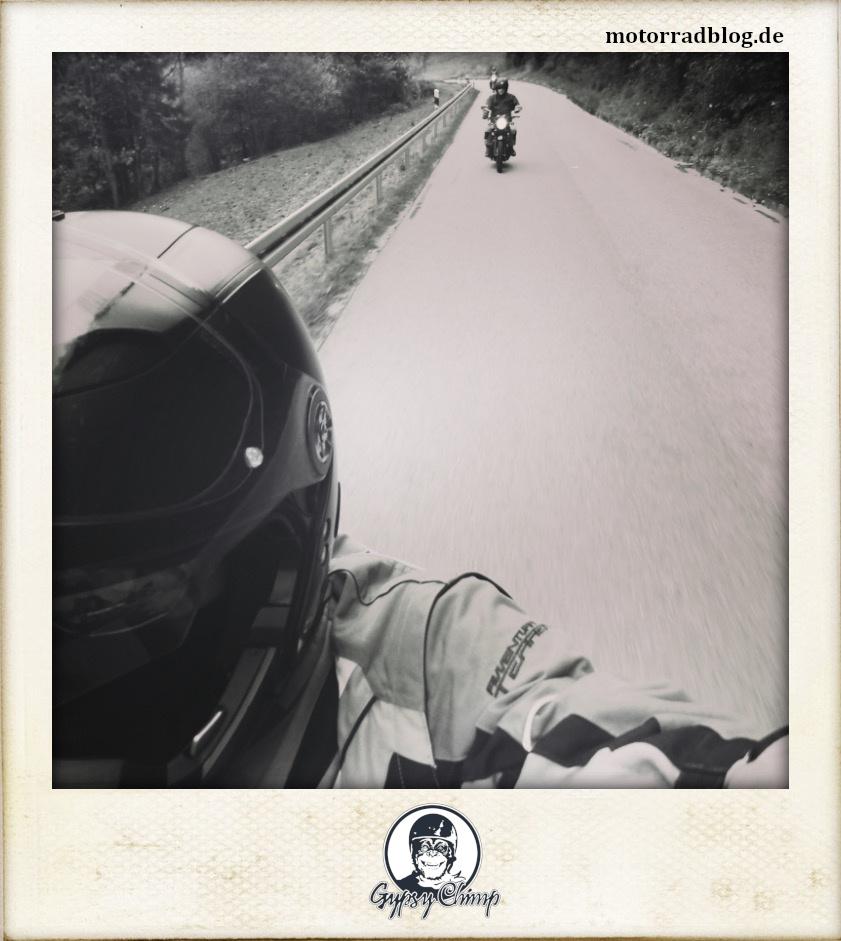 [Hier ist eigentlich ein Bild: Drei Motorradfahrer auf einer Landstraße.]