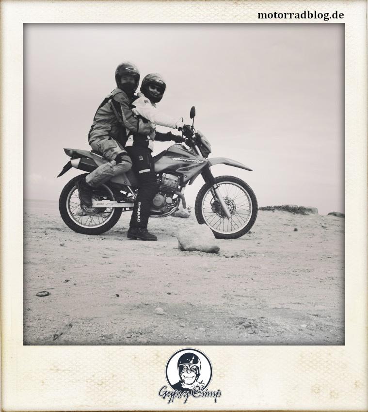 [Hier ist eigentlich ein Bild: Motorradfahrerin mit Sozius.]