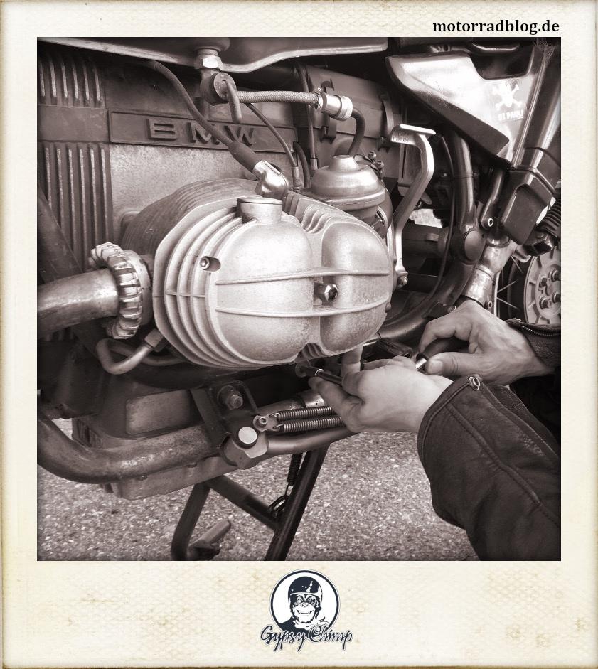 [Hier ist eigentlich ein Bild: zwei Hände am Motor schraubend.]