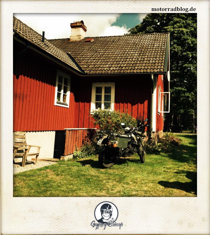 [Hier ist eigentlich ein Bild: Motorrad vor schwedischem Haus.]